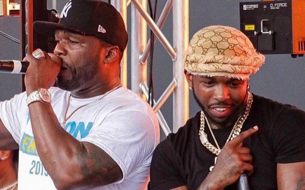 les rappeurs 50 cent et Pop Smoke ensemble lors d'un concert